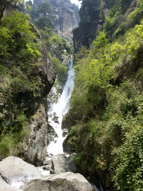 Jogini Falls hiking trails in Himachal Pradesh